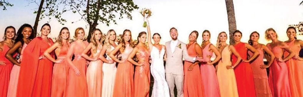 Imagem dos noivos com suas madrinhas, na matéria maquiagem para madrinha de casamento.