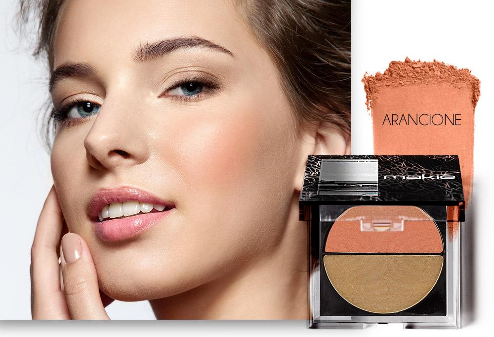 Na imagem o rosto de uma mulher ao lado esquerdo e do lado direito o produto blush com a textura da cor Arancione.