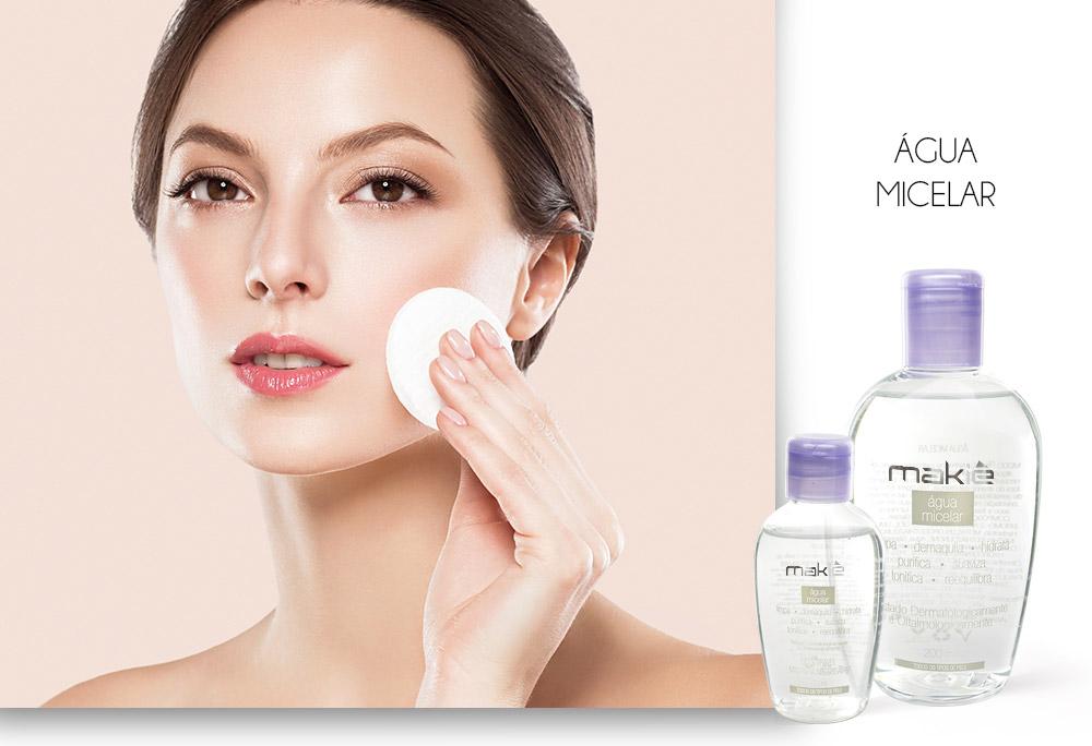Na esquerda o rosto de uma mulher segurando o algodão e do lado direito a Água Micelar Makiê sobre fundo branco, ilustrando os produtos para uma maquiagem simples para o dia a dia.