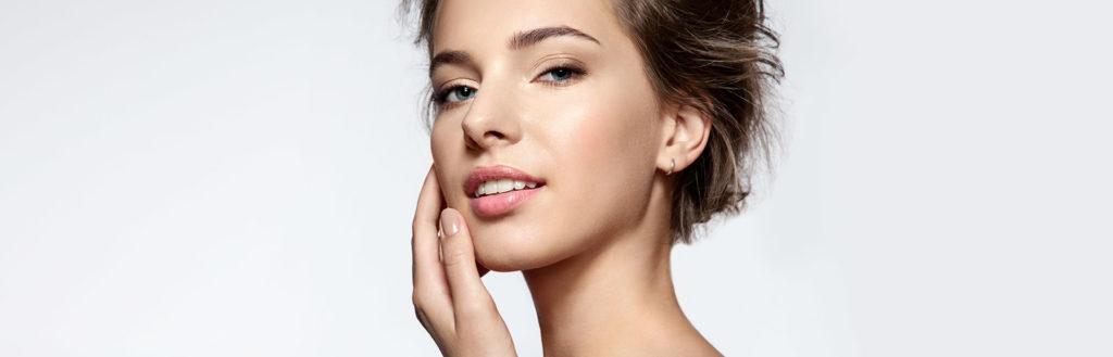 Imagem destacando o rosto com base para pele oleosa, sobre fundo claro.