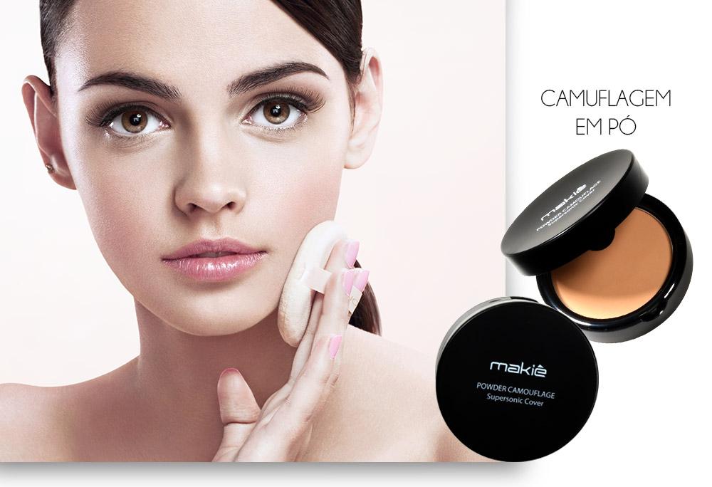 Na esquerda o rosto de uma mulher segurando a esponja e do lado direito a Camuflagem em Pó Makiê sobre fundo branco, ilustrando os produtos para uma maquiagem simples para o dia a dia.