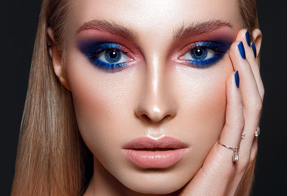 Imagem da maquiagem perfeita com cores vibrantes, sobre um fundo escuro.