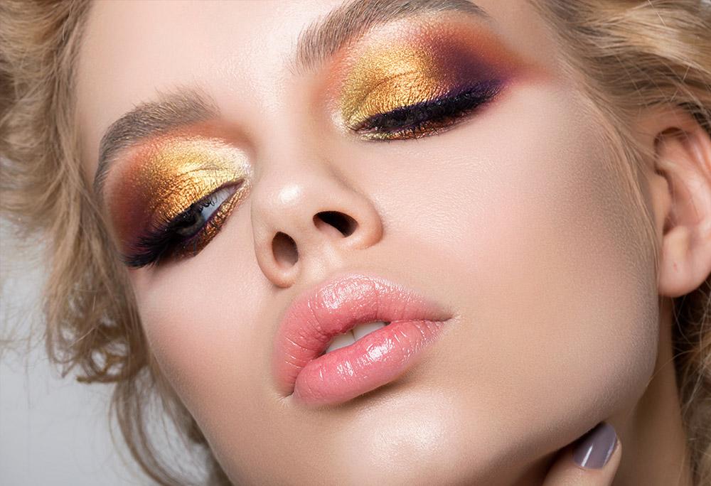 Imagem da maquiagem perfeita mostrando o efeito da sombra metalizada.