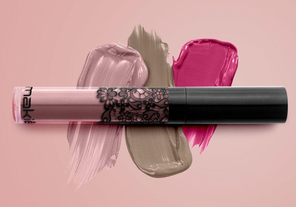 Imagem ilustrando as novas cores do batom Makiê sob um fundo rosé.