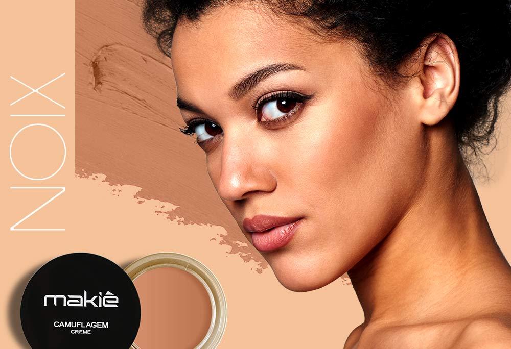 Na esquerda a imagem do produto camuflagem makiê com o escrito noix. A direita o rosto feminino ilustrando a maquiagem para pele morena.