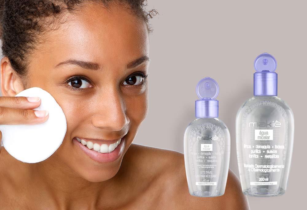 No artigo de como preparar a pele para maquiagem, do lado esquerdo o produto água micelar  e ao lado direito o rosto de uma mulher aplicando o produto.