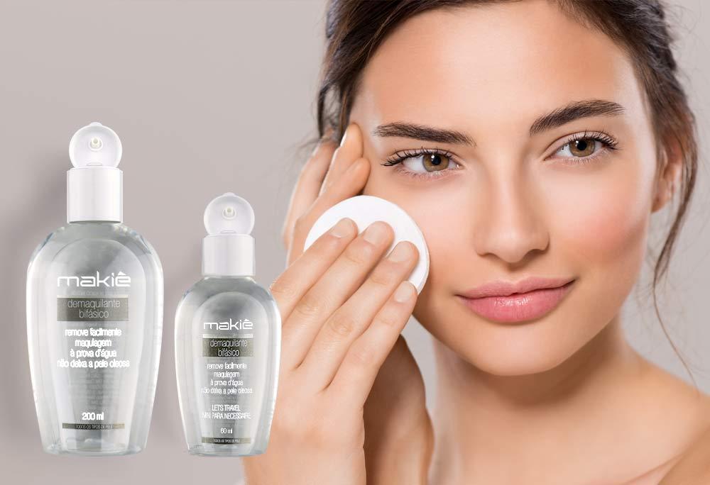No artigo de como preparar a pele para maquiagem, do lado esquerdo o produto Demaquilante e ao lado direito o rosto de uma mulher aplicando o produto.