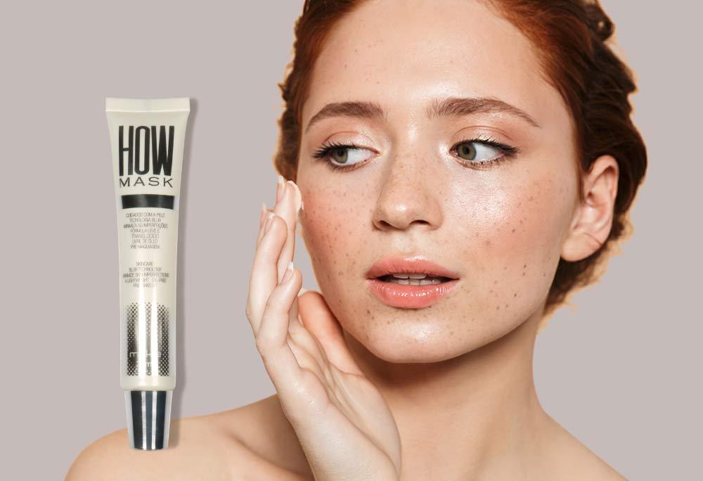 No artigo de como preparar a pele para maquiagem, do lado esquerdo o produto How Mask e ao lado direito o rosto de uma mulher aplicando o produto.
