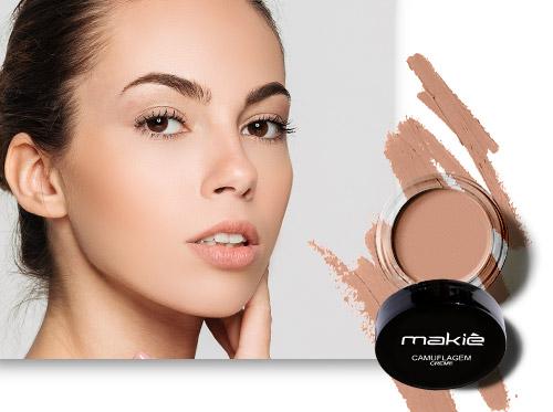 Imagem ilustrando como ter uma pele bonita. Do lado esquerdo o rosto de uma mulher e ao lado direito o produto Camuflagem Makiê.