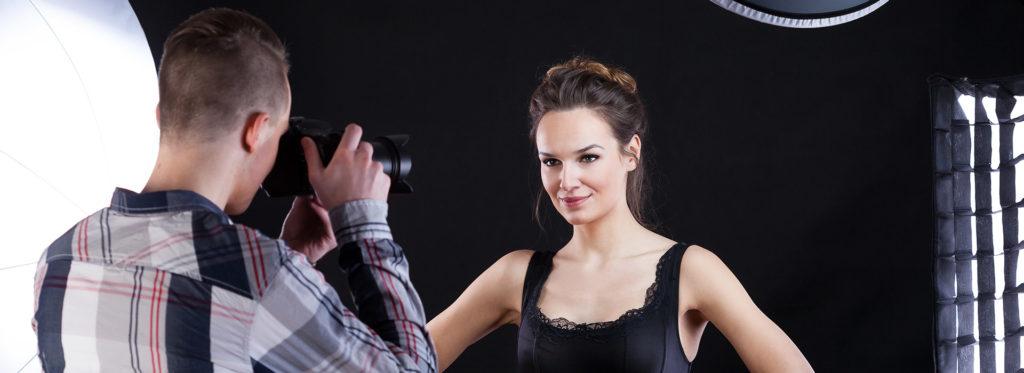 Maquiagem em foto com um fotografo e uma mulher sendo fotografada.